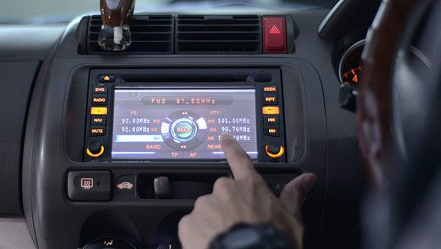 Double din head unit with touchscreen