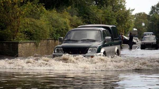 How-to-drive-safely-in-the-rain-and-through-water-2