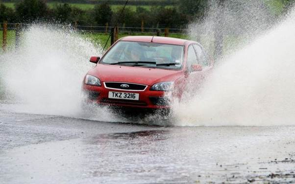 How-to-drive-safely-in-the-rain-and-through-water-3